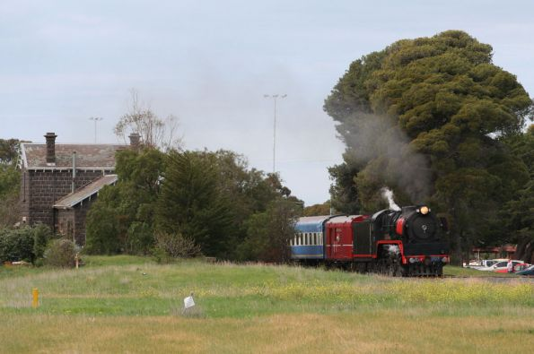 R707 peeks out from behind the station at Bannockburn