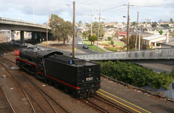R707 heads tender first to the turntable at Geelong