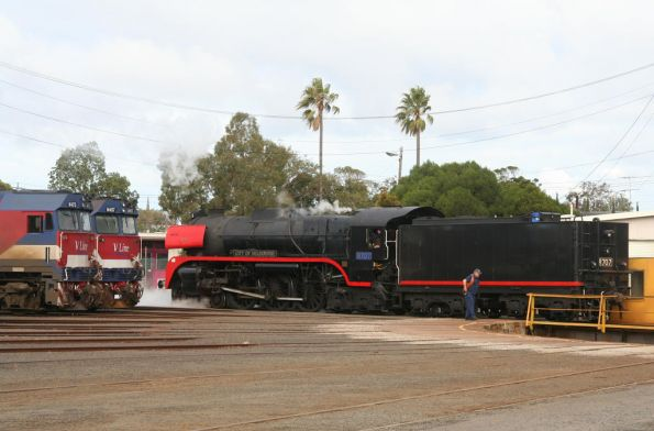R707 passes N473 and N457 around the turntable at Geelong