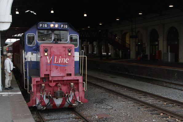 P16 at the front end of the westbound train at Ballarat station