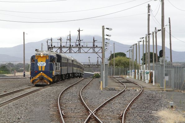 TL152 leads the standard gauge train into the platform at Ararat