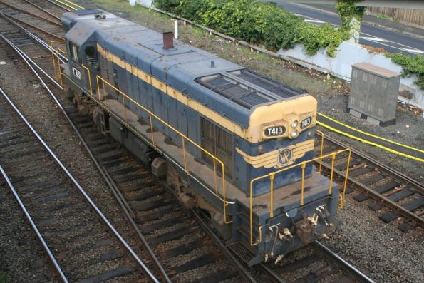 T413 runs around the train at Geelong