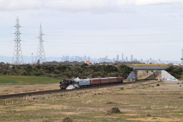 R707 and F208 wait for a signal towards the city at Deer Park Junction