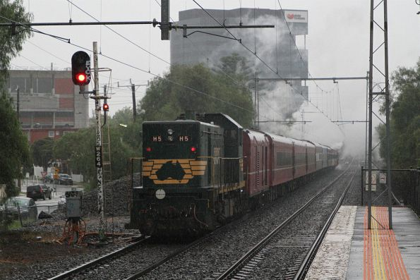 H5 trailing the up empty cars move through Seddon station