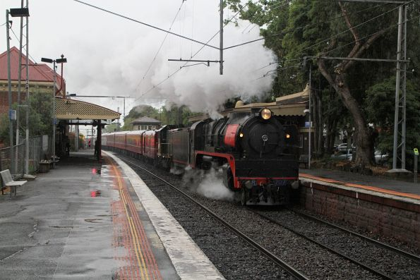 R707 leads H5 on the down at Kensington