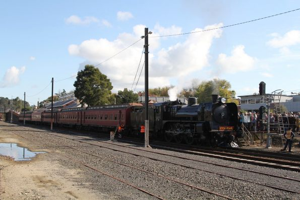 A2 986 up front at Warragul station