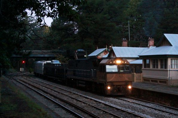 NR44 leads the Overland back into Adelaide at Mt Lofty