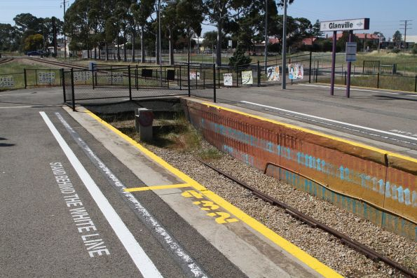 Dead end centre terminating track at Glanville station