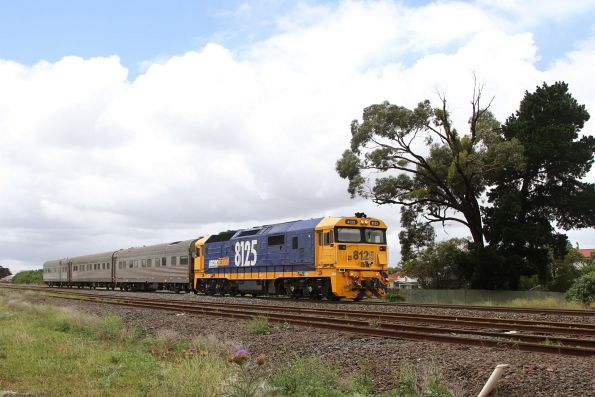 8125 leads the AK track recording cars towards Melbourne at Albion