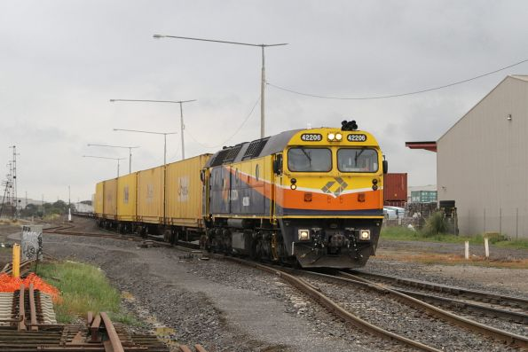 42206 with an Aurizon transfer to SCT Laverton at Brooklyn