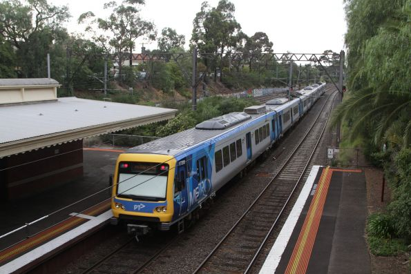 X'Trapolis 173M departs Toorak on a down Frankston service