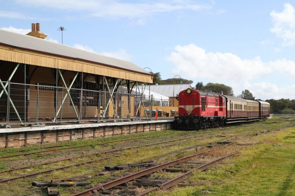 X3 arrives back at Queenscliff station
