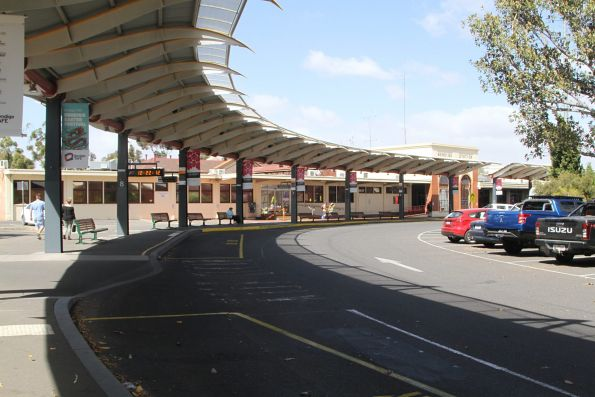 Bus stops at Bendigo station