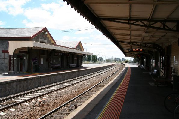 Overview of the platform at Kyneton station