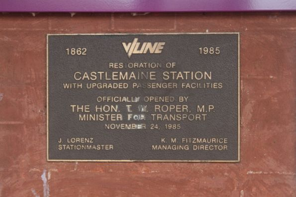 Plaque marking the restoration of Castlemaine station in 1985
