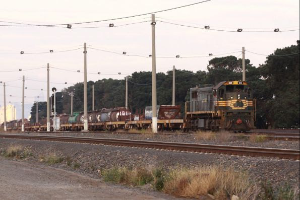 Passing tank wagons to be scrapped in a few days time, X42 transfers container wagons to Brooklyn