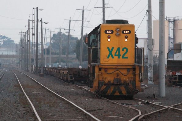 X42 leaves VQLX container wagons at Brooklyn for tomorrow's scrapping