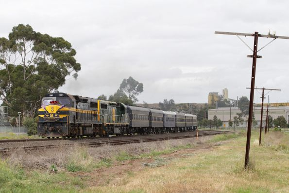 C501 and C510 lead the 7 car long consist north at Albion
