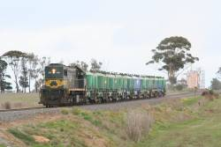 X39 on the up at Grovedale, returning from Waurn Ponds with a rake of loaded cement hoppers