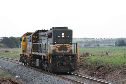X36 and H1 on the up at Grovedale, returning light engine from the Waurn Ponds cement works