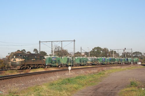 A85 on the up at Newport with the Waurn Ponds - Lyndhurst cement train