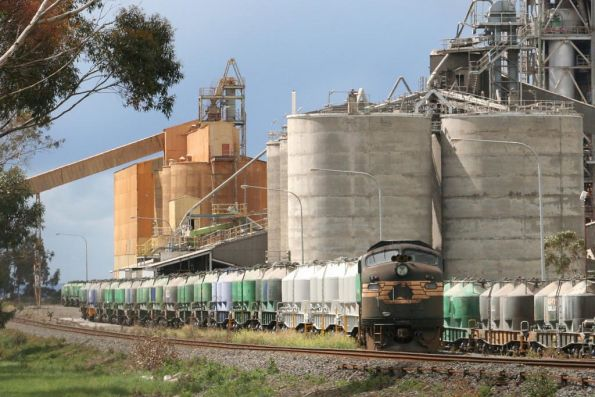 A85 shunts cement wagons at Waurn Ponds
