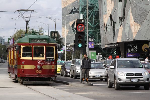 W6.1000 on the clockwise City Circle run at Flinders and Swanston Streets