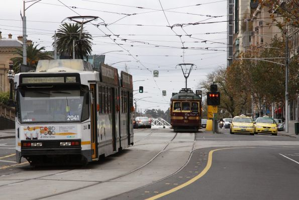 B2.2041 wait to turn from Spring into Bourke Streets, while W6.983 whiles away a 8 minute layover on the City Circle