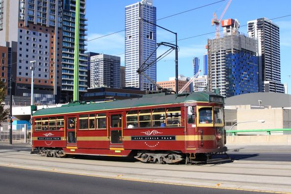 SW6.983 heads west on La Trobe Street with a City Circle service