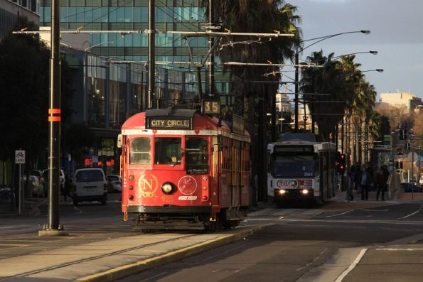 City Circle SW6.925 arrives at the Waterfront City Docklands tram terminus