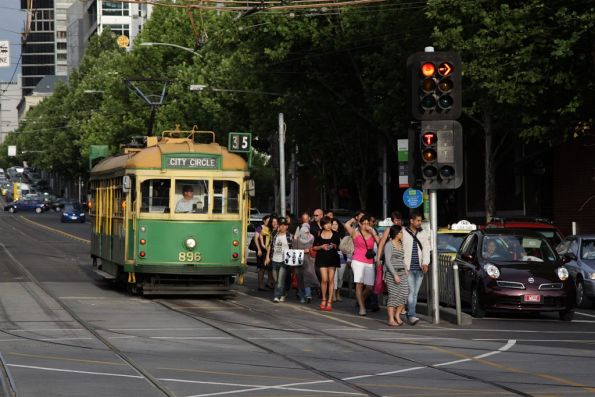 Crowd of tourists depart SW6.896 on the City Circle at Spencer and La Trobe Streets