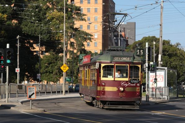 W7.1010 heads into La Trobe Street from Victoria Street