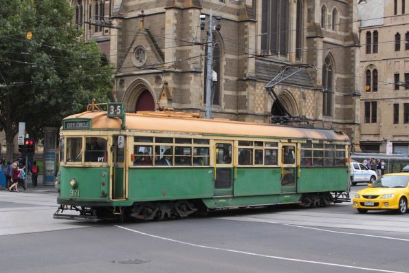 W6.971 heads west at Flinders and Swanston Streets