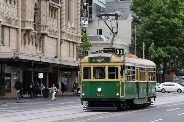 W8.946 heads west on Flinders Street at Russell Street