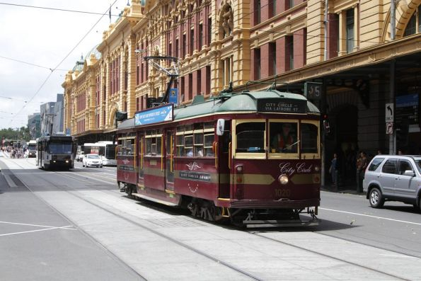 W7.1020 heads west on Flinders Street at Elizabeth Street