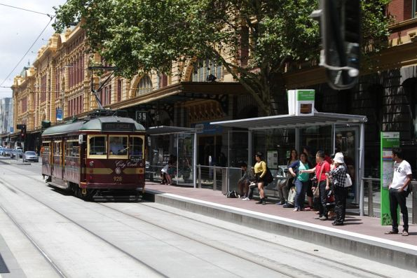 SW6.928 heads west on Flinders Street at Elizabeth Street