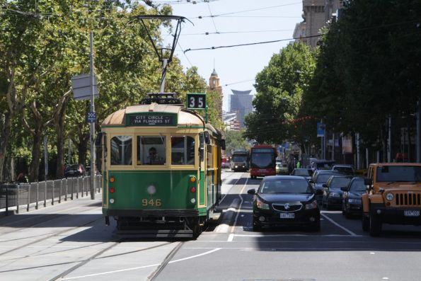 W8.946 heads west on Flinders Street at Exhibition Street