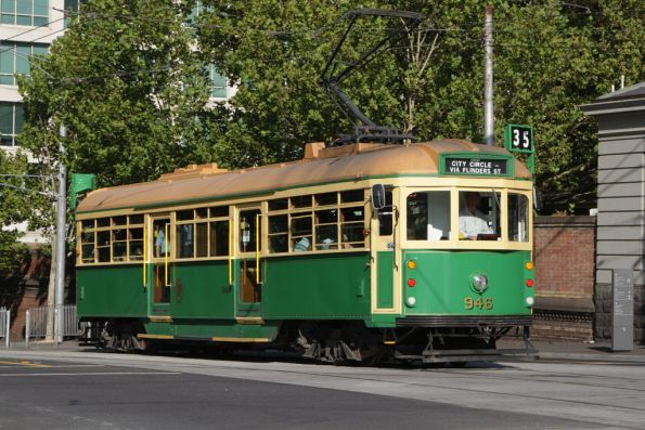 W8.946 westbound at La Trobe and William Streets