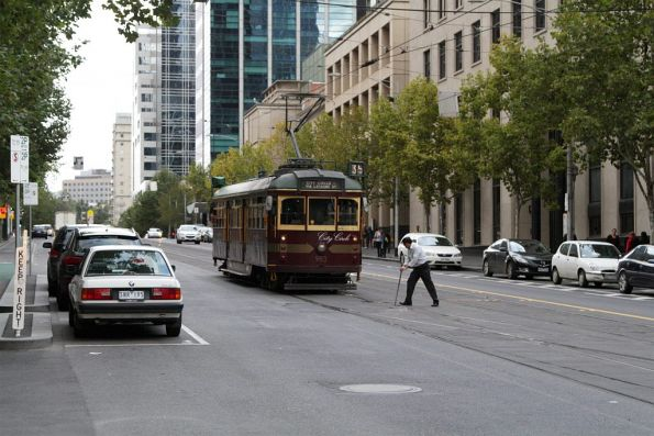 Driver of City Circle W6.983 shunts at the Swanston Street crossover on La Trobe Street