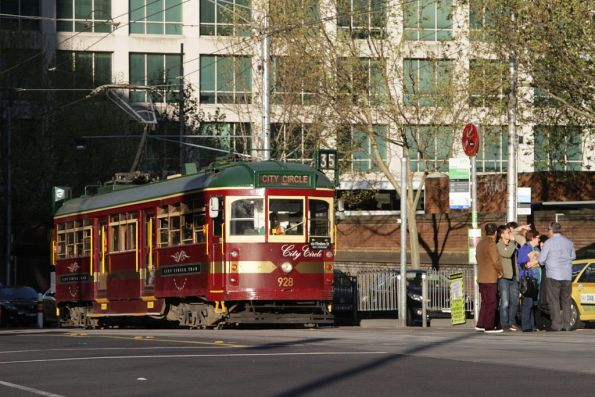 SW6.928 heads west at La Trobe and William Streets