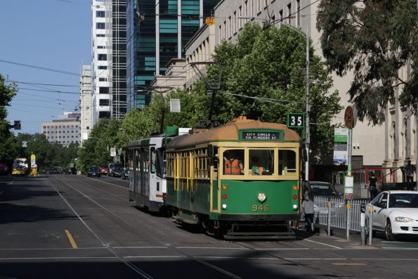W8.946 heads west at the corner of La Trobe and Swanston Streets