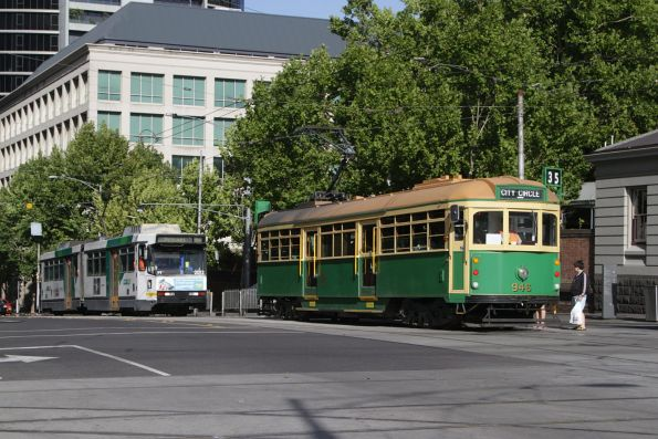 W8.946 heads west at La Trobe and William Street