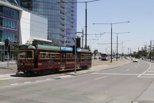 SW6.866 heads south on Harbour Esplanade near Docklands Drive