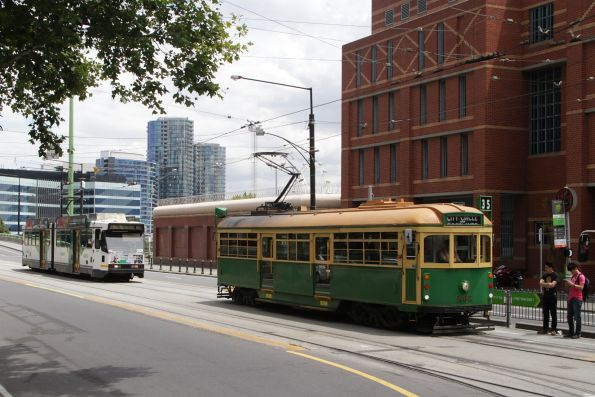 W8.946 and B2.2121 head east at La Trobe and Spencer Street