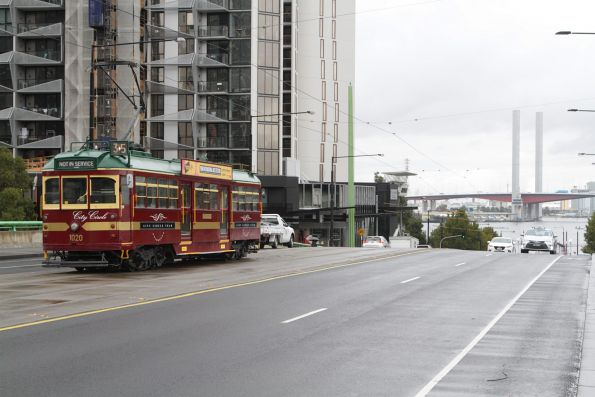 W7.1020 back in City Circle livery, westbound on the La Trobe Street bridge