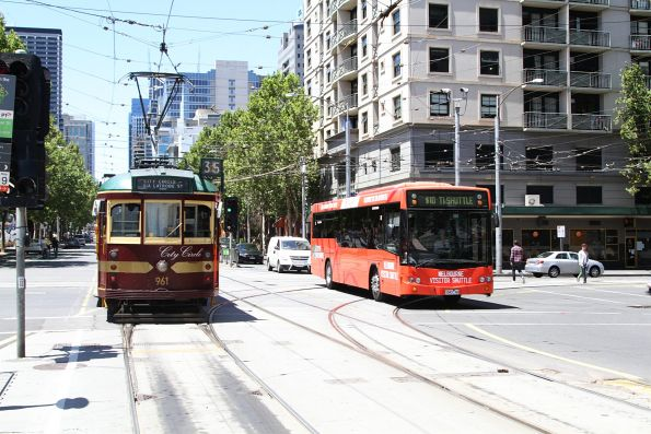 SW6.961 heads east at La Trobe and Spencer Street, with a Melbourne Visitor Shuttle bus headed the other way