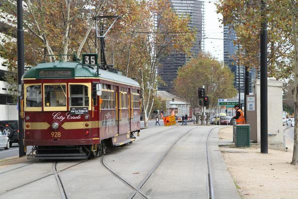 SW6.928 pauses opposite the tram driver toilet on Flinders Street Extension