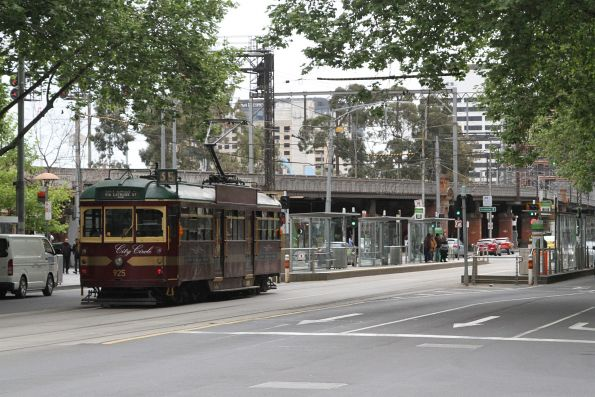 SW6.925 heads west on the City Circle and Flinders and Queen Street