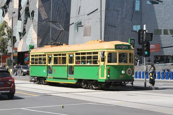 W8.981 heads west at Flinders and Swanston Street