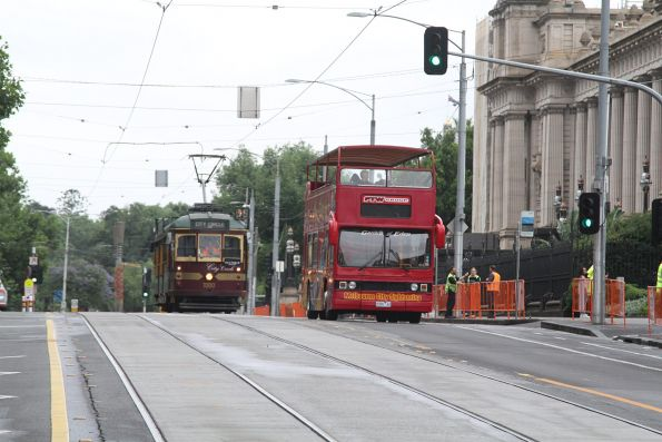 W6.1000 heads south at Spring and Bourke Streets